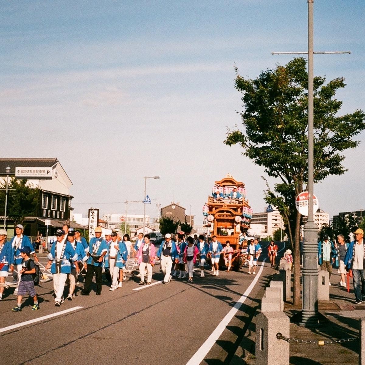 伝統的な祭りを守り続けるイメージ