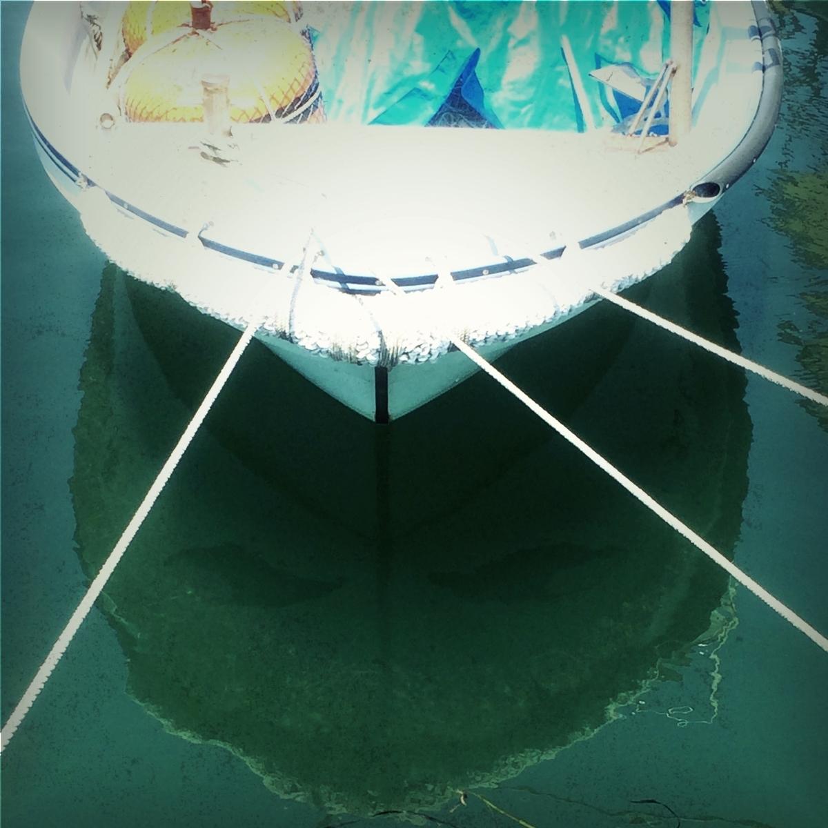 水面に顔の映るボート画像
