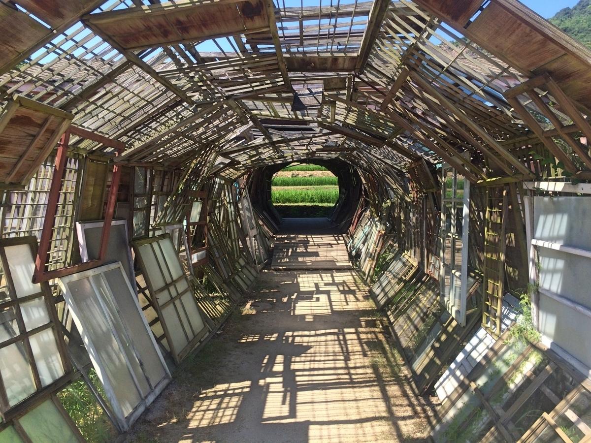 未来へ続くトンネルのイメージ