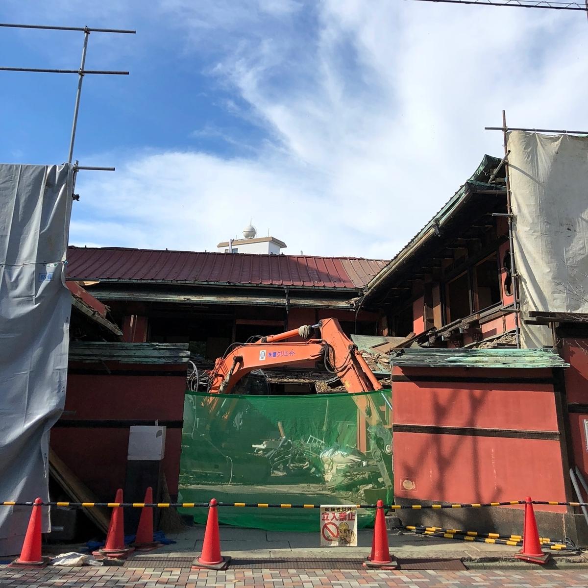 解体中の遊郭建築image