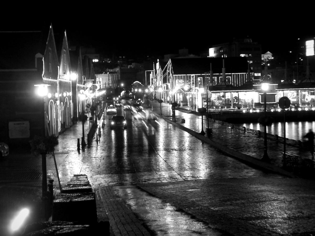 雨降る港町の夜景 image