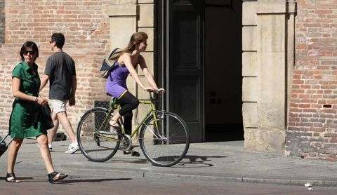 自転車通勤している女性の写真