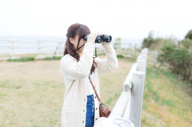 望遠鏡 眺める 観察する 女性