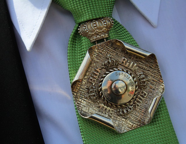 ネクタイ バッジ 勲章 緑 襟 ワイシャツ