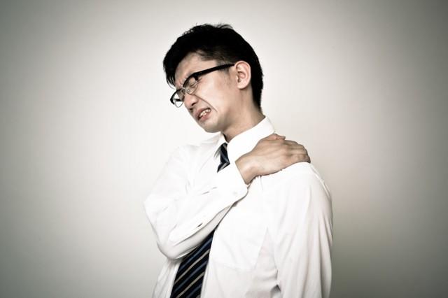 首こり 肩こり サラリーマン 企業戦士 黒メガネ 白シャツ 痛い