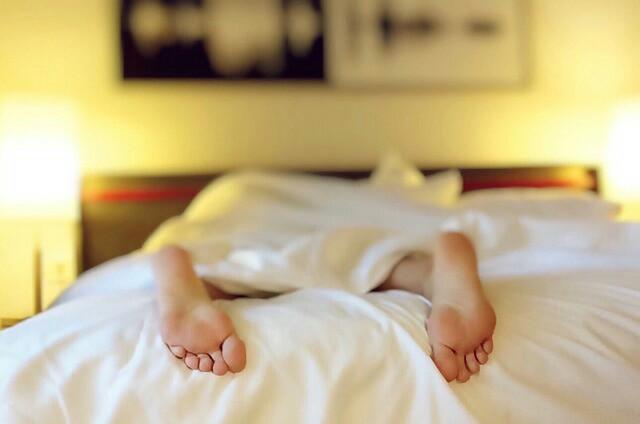 過労の人がベッドに倒れこんでいる写真