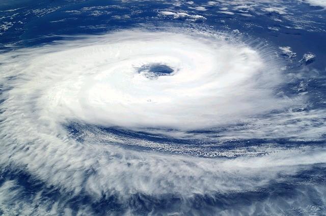 巨大な台風による雲の渦巻きを上空から撮影した写真