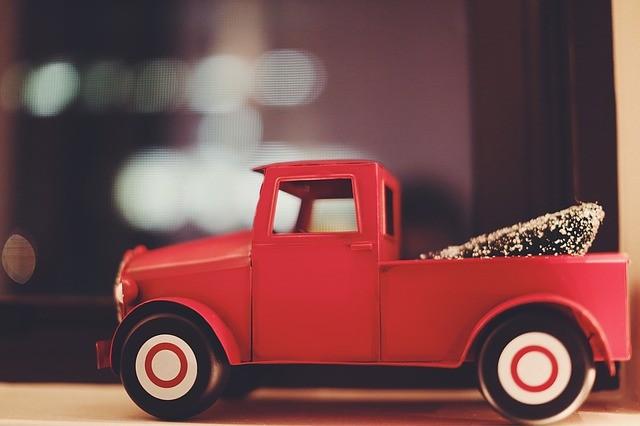 赤い小さなおもちゃのトラックの横アングル写真