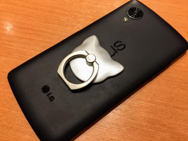 ネコモチーフのバンカーリング(シルバー)Nexus 5に装着