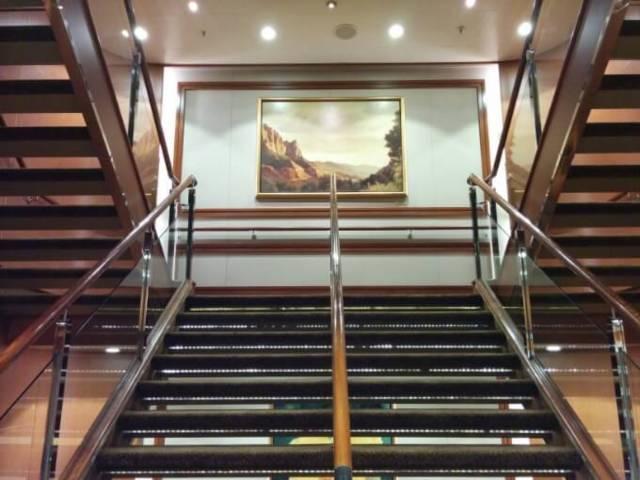 客室中心の階段