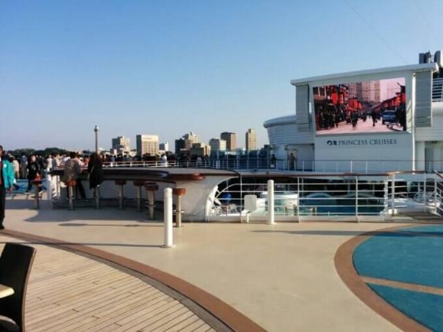 ダイヤモンド・プリンセスの開放的な甲板風景