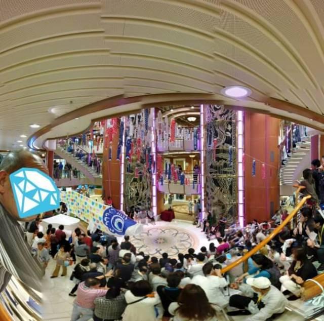 ダイヤモンド・プリンセス中央アトリウムでのマジックショー