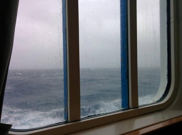 ダイヤモンド・プリンセスの窓から見える時化た海