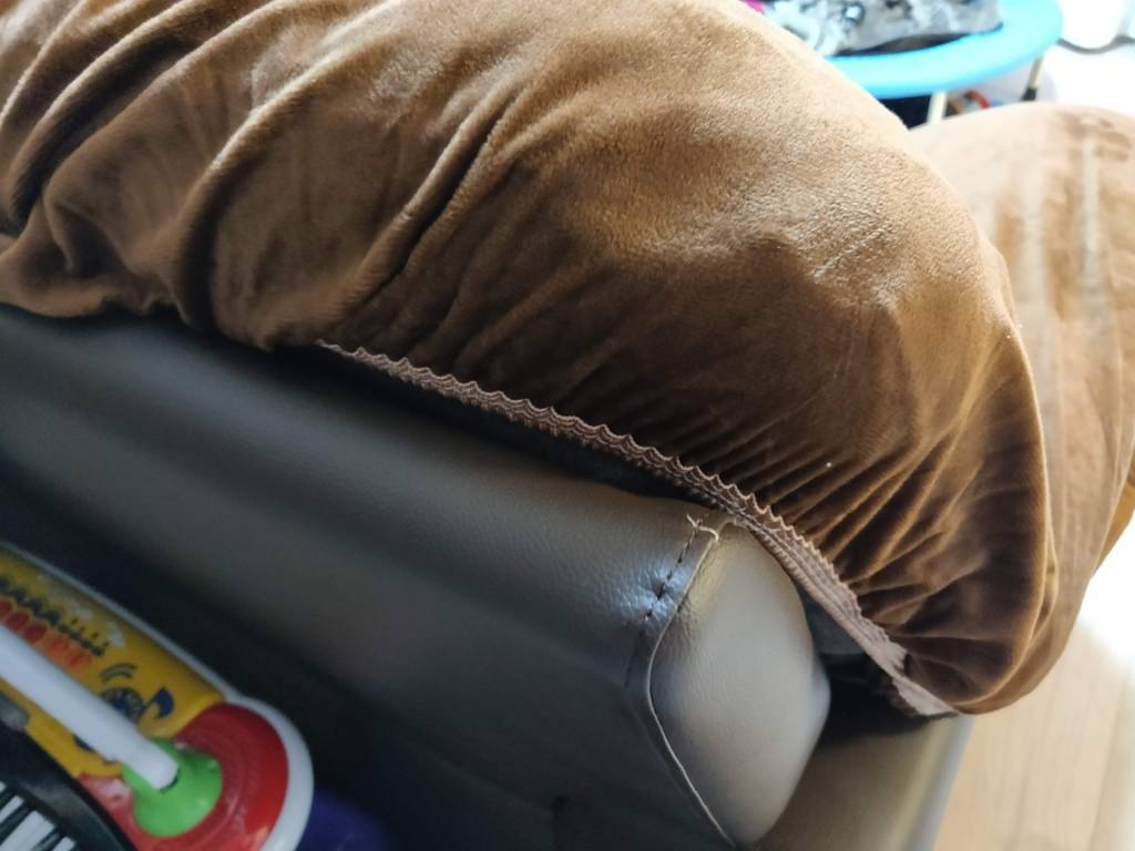 ニトリ ソファ ウォール2 ソファカバーのかわりにクイーンサイズのボックスシーツをかけた裏側