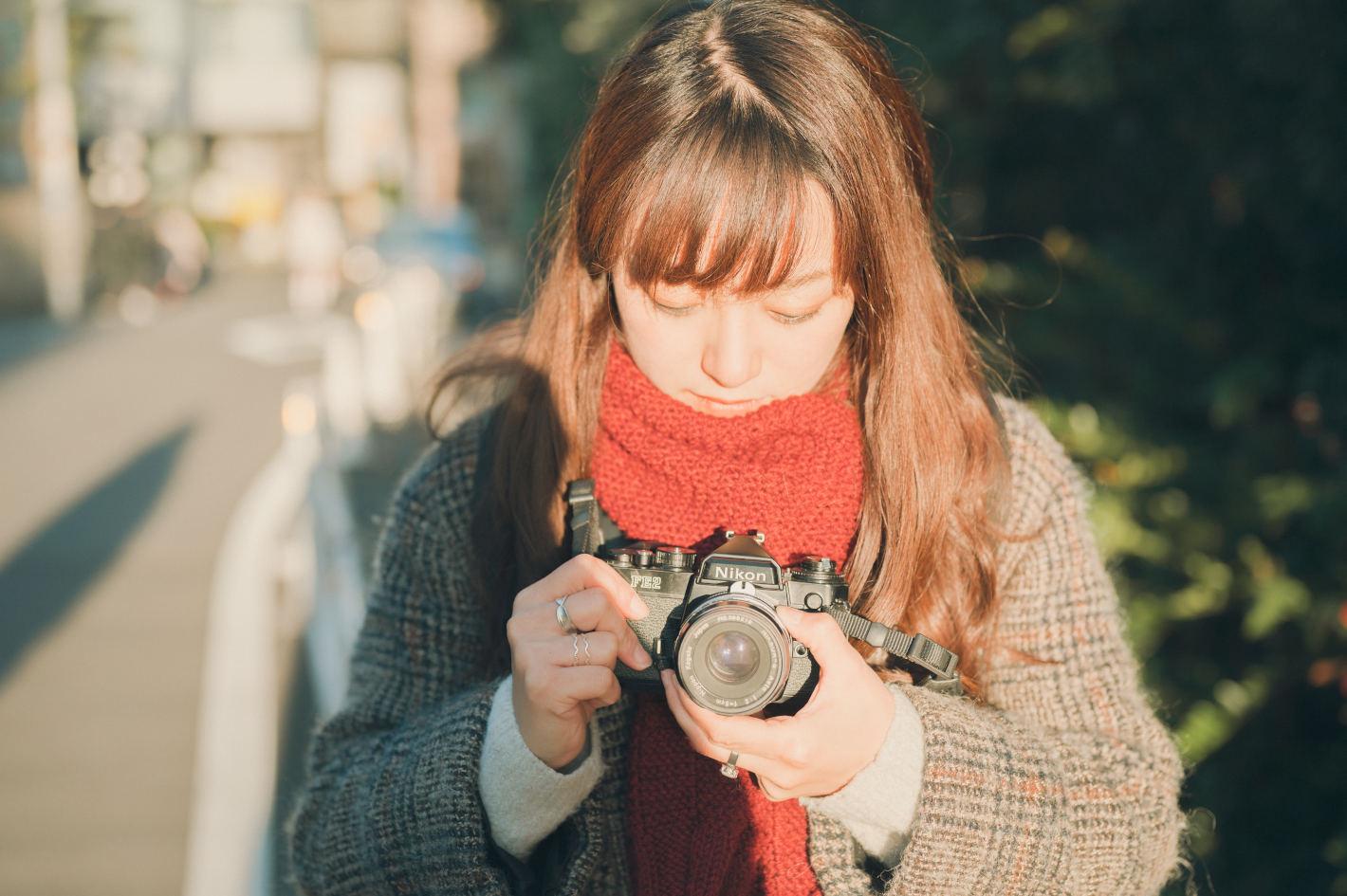 フォトグラファーの鞄の中身 - nanoさんのフィルムカメラ街撮りスタイル