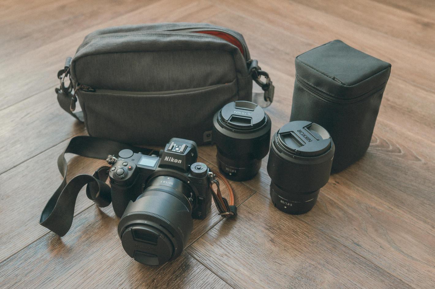 フォトグラファーの鞄の中身 – 酒井貴弘さんの街中ポートレートの撮影スタイル