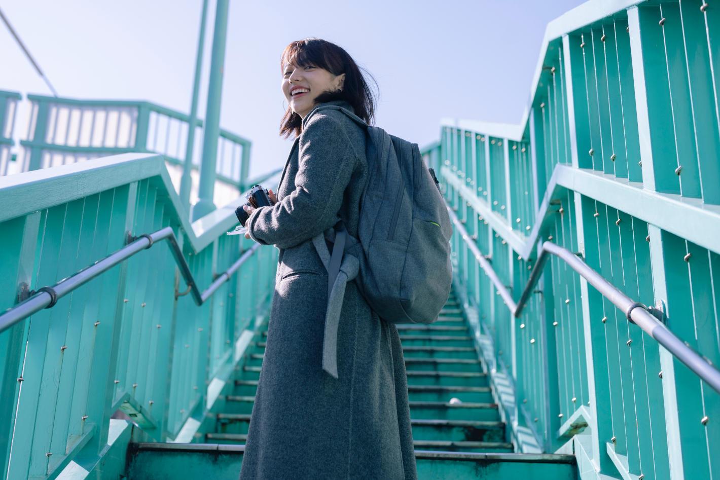 フォトグラファーの鞄の中身 – Kanai megさんのフィルム撮影&モデルスタイル