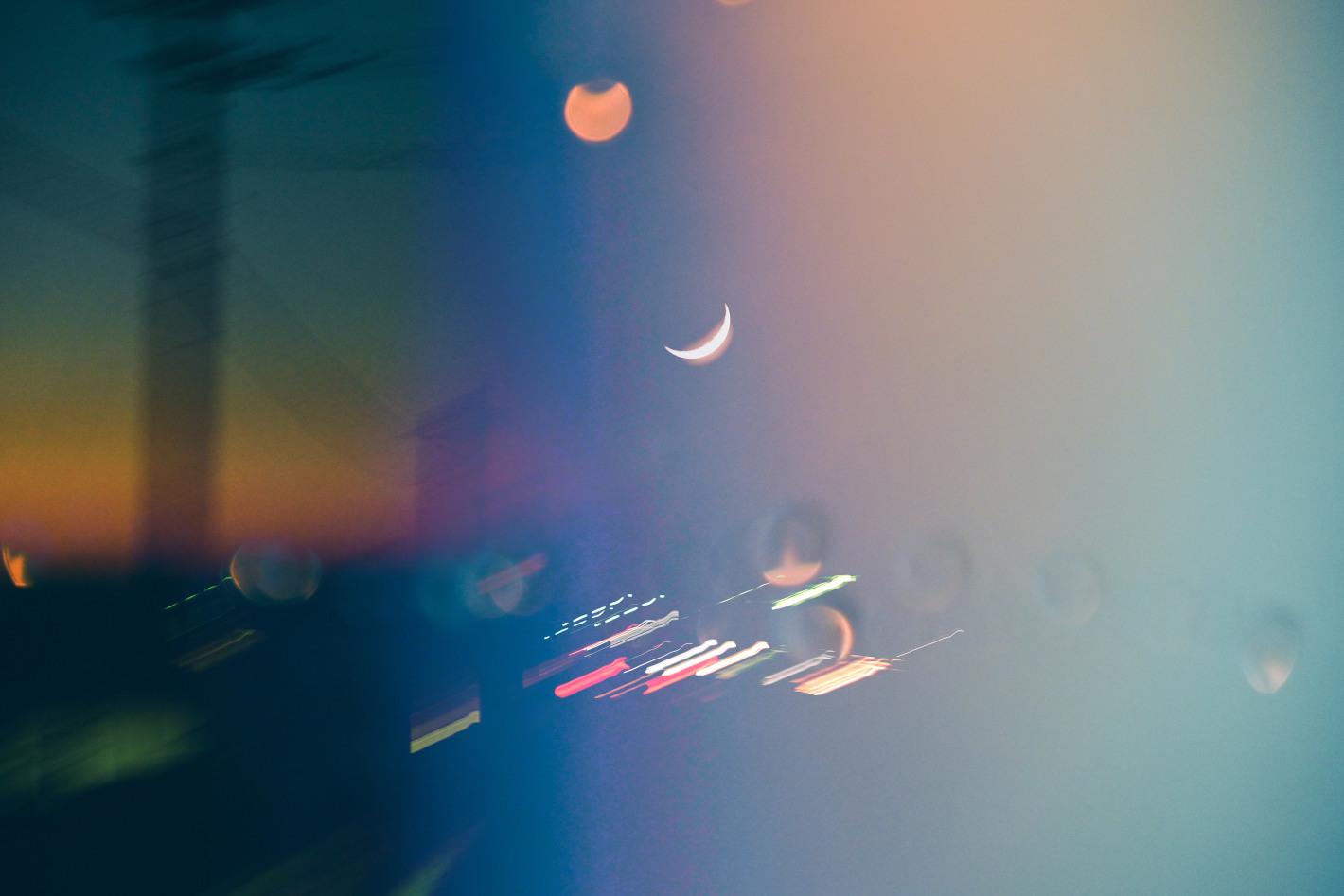月を撮り続けるフォトグラファーの「月夜の散歩」– 手持ち撮影の基本のコツと表現のアイデア