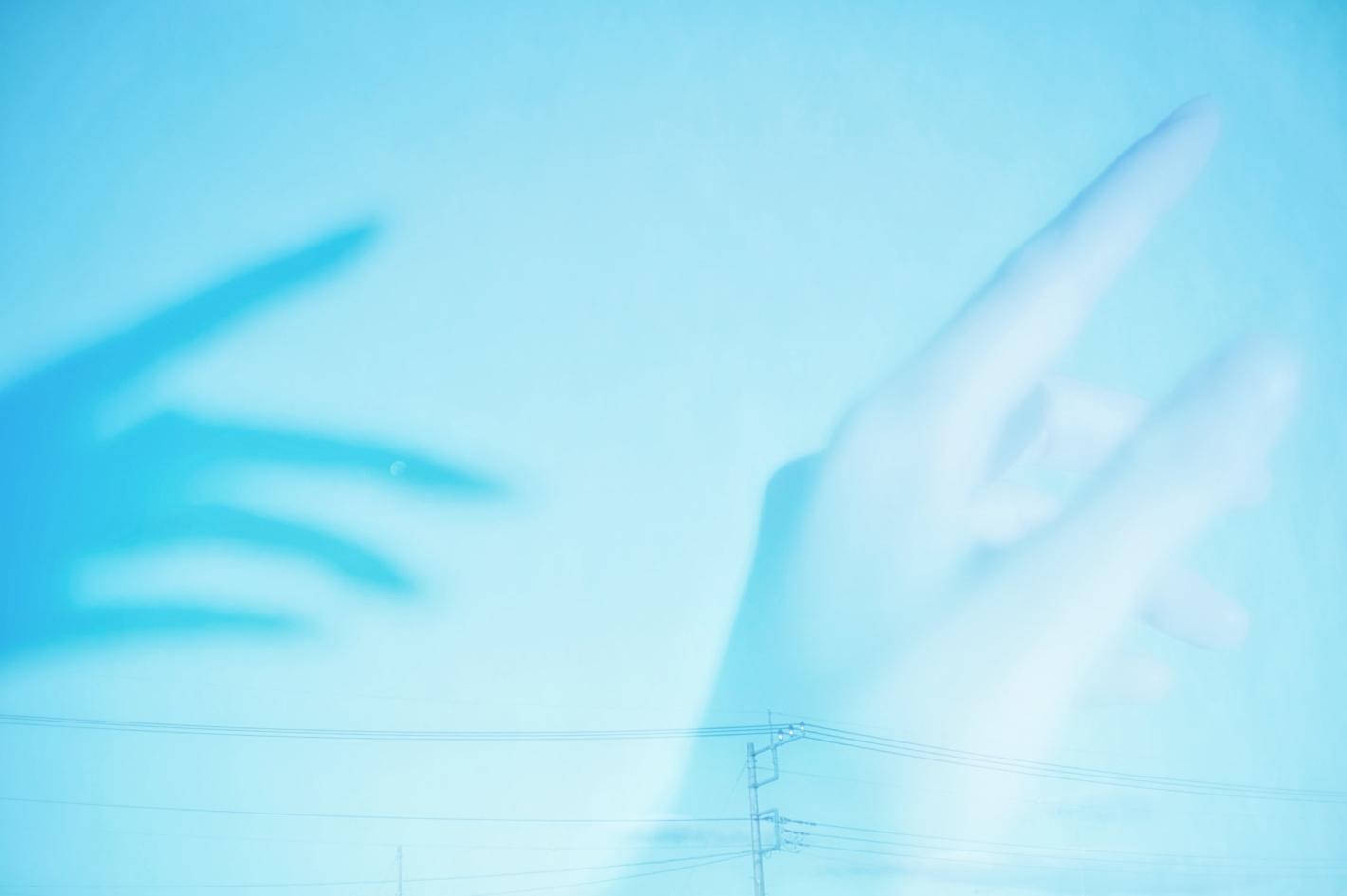「青の写真家」が描く淡くやさしい世界 – オールドレンズとレタッチによる表現の仕方