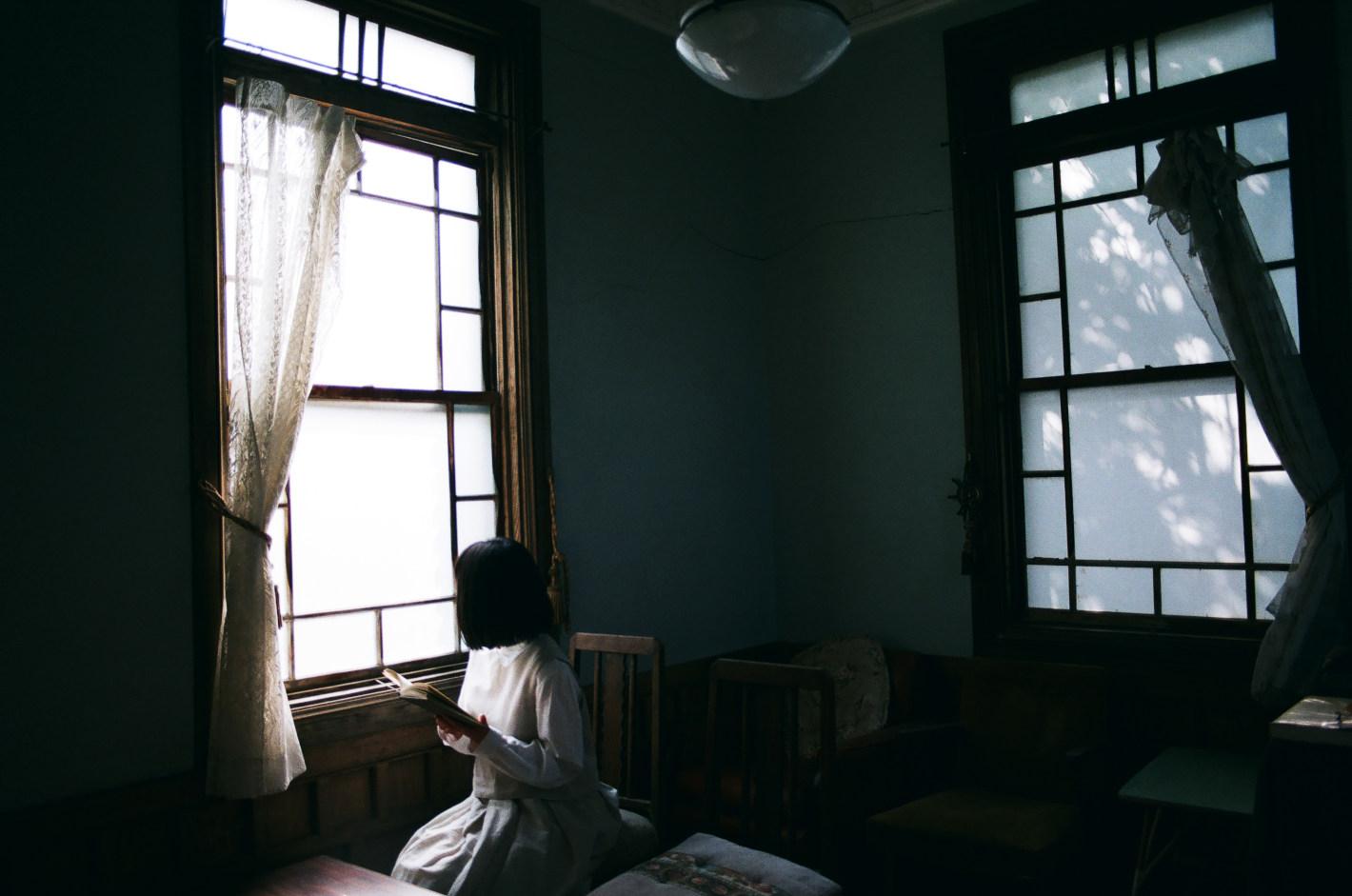 写真家 岩倉しおりさんが恋した「山口・長門市」の美しい海岸線 – 「ながとブルー」と光を追い求めたフィルムの旅