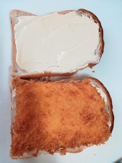 カツをパンの上に乗せる