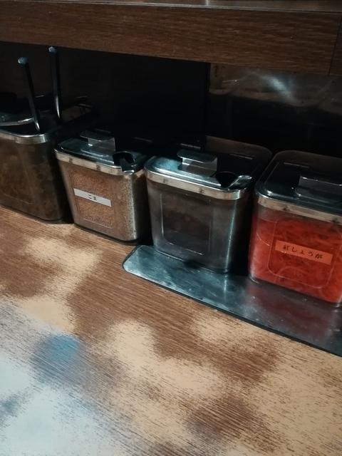 カウンターに並ぶ4種類の薬味