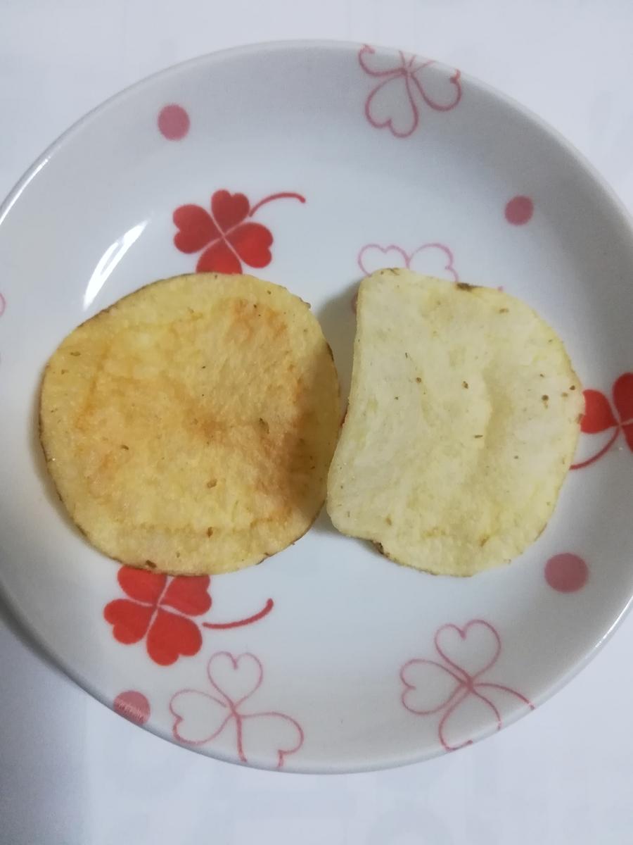 お皿の上に両方のポテトチップスを並べました