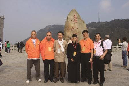 「寿比南山」石碑前・澳門道教協会及び韓国の皆様と記念撮影/日本道観の道教交流