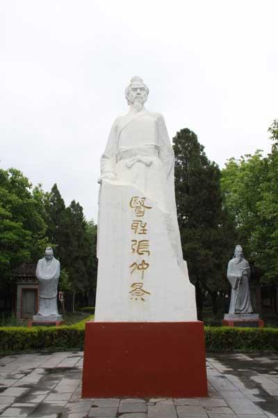 河南省南陽医聖「張仲景」の石像/日本道観の道教交流