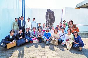 大高坂松王丸の記念碑の前にて/日本道観の道教交流
