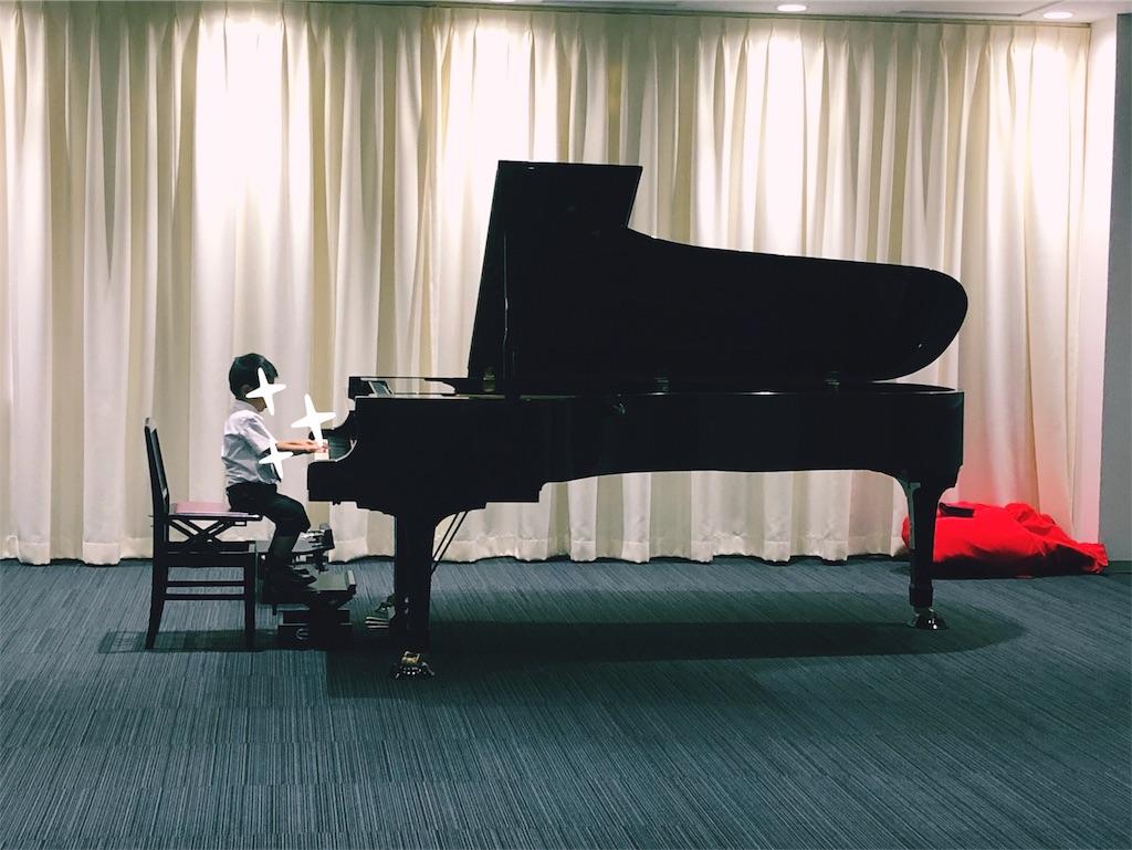 グランドピアノを弾く男の子