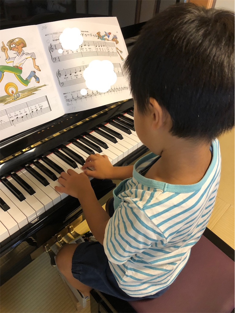 ピアノに向かう子供