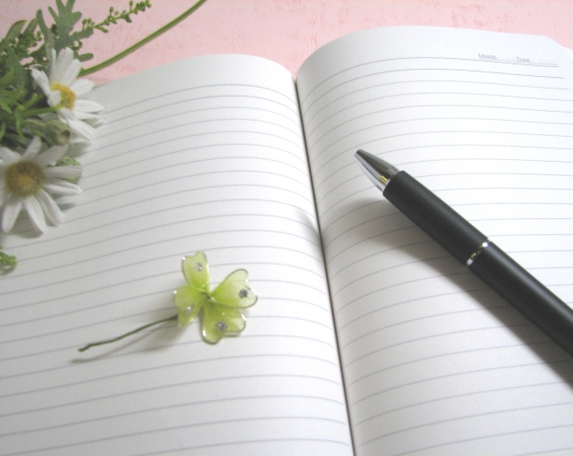 ノートとペンと四つ葉のクローバー