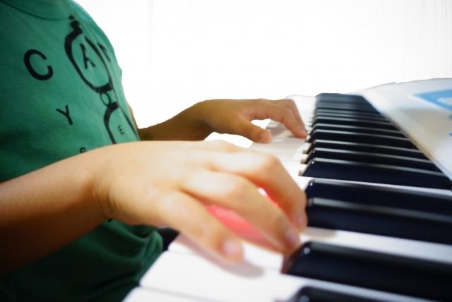 ピアノの習い事をする子供