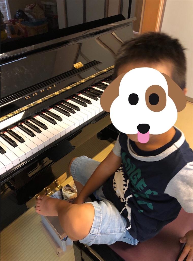 ピアノの前の子供