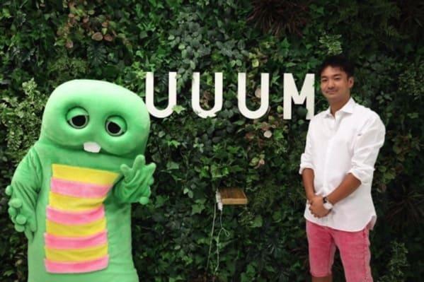 YouTuberガチャピンとUUUM代表取締役社長藤田和樹さんがUUUM会社前で並んで写真を撮っている