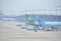 手前に大韓航空、後ろにエバー航空