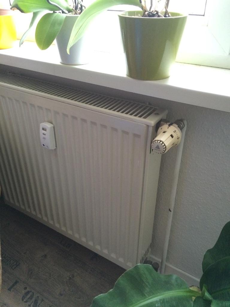 ドイツの窓の下にあるハイツンと呼ばれるドイツの暖房装置、中にお湯が通っています