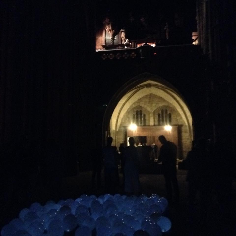 ハルバーシュタッド大聖堂の夜のイベント、風船が沢山おかれてライトアップされている