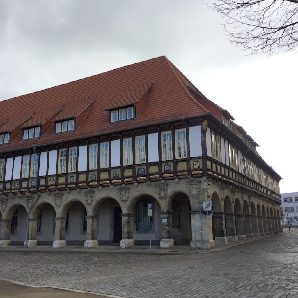 ハルバーシュタッド大聖堂広場の隣にある可愛い建物。現在はHochschule 高校として使われています