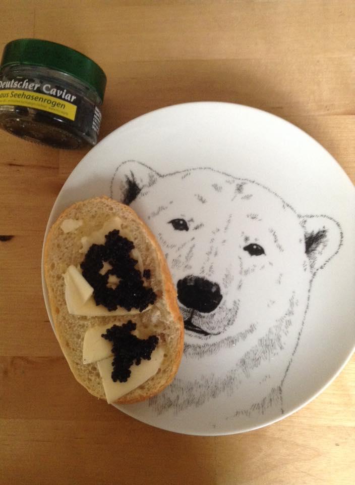 ドイツのキャビア(ダンゴウオのキャビア)、パンにバターとキャビアをのせて食べる!