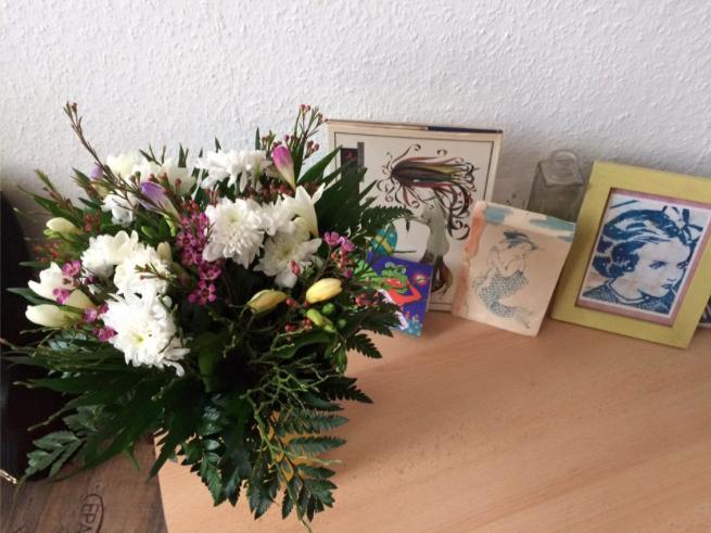 ドイツでいただいた白菊入りの花束を家で花瓶に入れて飾っている