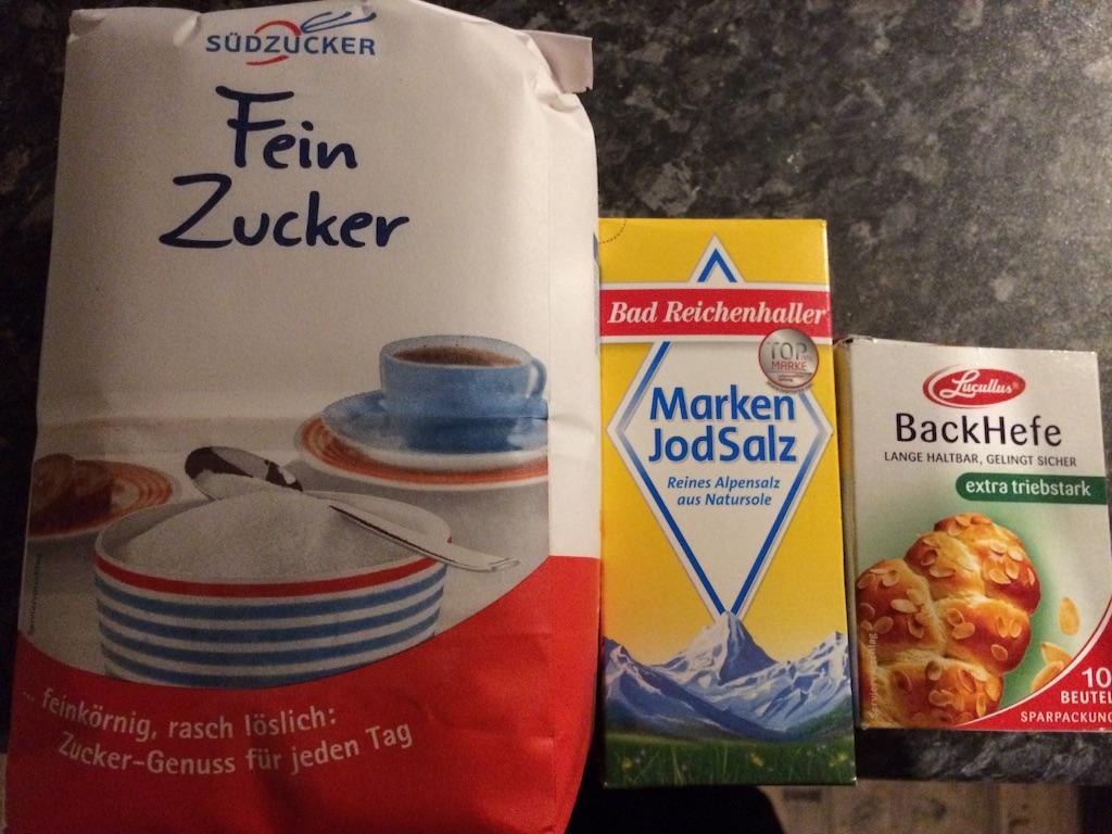 左からドイツの砂糖1キロ入り、箱入りの塩、箱入りのドライイースト