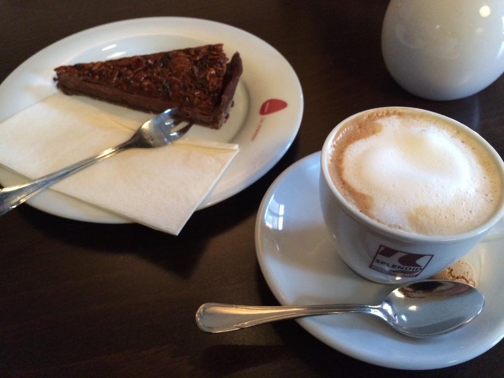 カプチーノとチョコレートタルト、ドイツのカフェにて