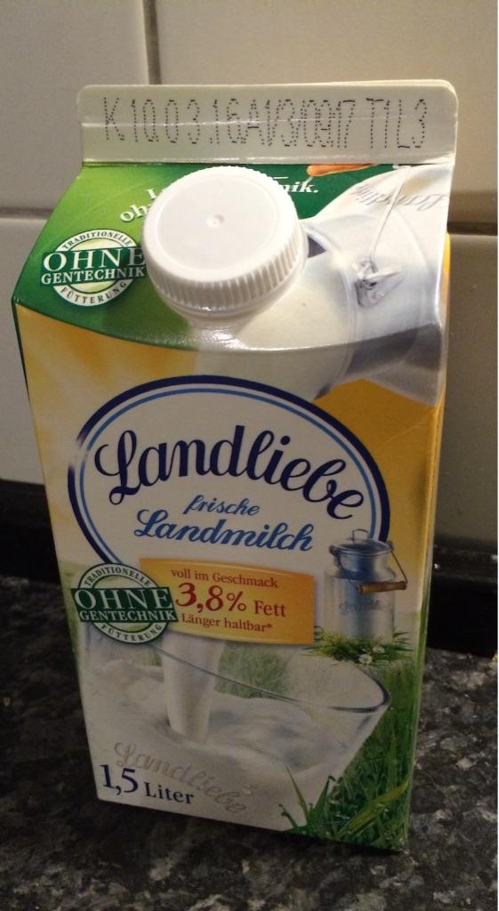 ドイツの紙パック牛乳1、5リットル、普通の牛乳1リットルより横に2センチほど長く太っちょな感じの牛乳パックです
