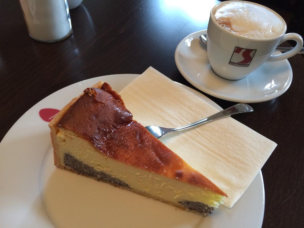 けしの実入りチーズケーキとカプチーノ、ドイツのカフェにて