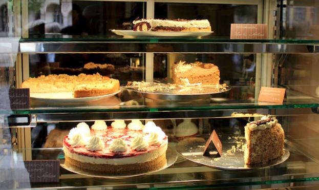 ドイツのカフェの入り口すぐにあるショウウィンドウのケーキ