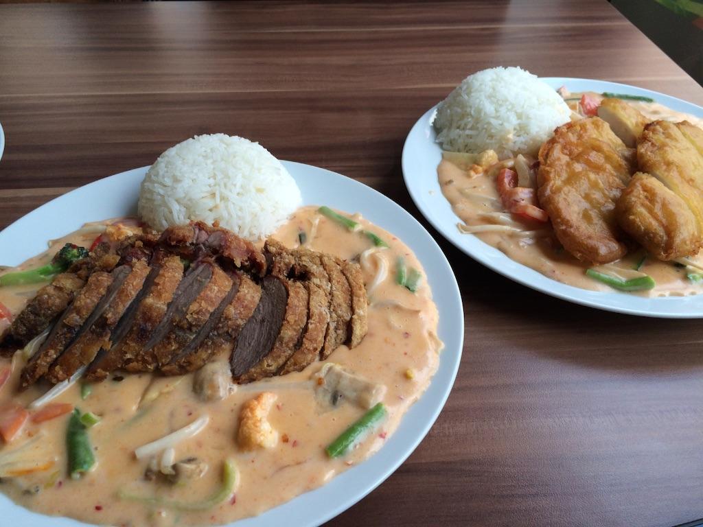 揚げた鴨肉が乗ったタイ風ココナッツカレー、ドイツの軽食屋にて