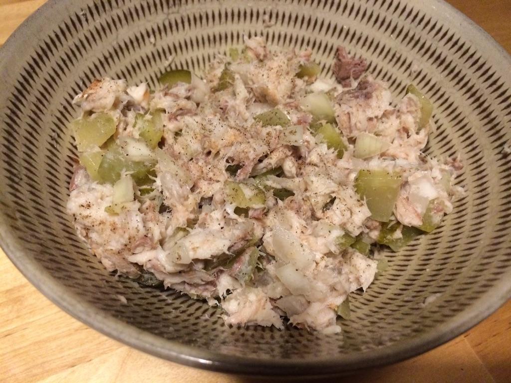 ポーランド風鯖サラダ、燻製鯖とみじん切りの玉ねぎ、みじん切りのピクルス入り