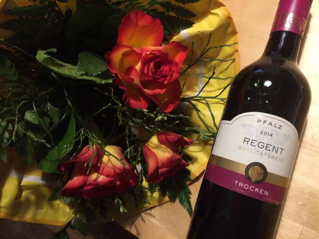 頂いたバラの花束とドイツファルツの赤ワインのボトル